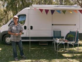 卖房流浪的64岁老太太,公开独居8㎡房车,网友慕了