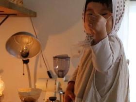这个火爆 ins 的萌娃,4 岁创咖啡品牌,几十万网友感慨