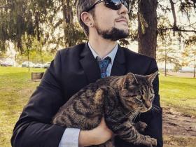 国外一位非常喜欢猫咪的小哥,靠别人家的猫咪走红网络