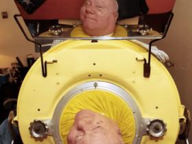 """""""卧床""""69年,他仅凭一张嘴,感动外国4000w网友"""