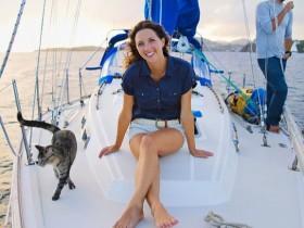 美国夫妇辞职卖家产 与宠物猫驾船畅游16国