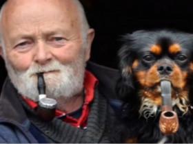 被抽烟老头带坏的狗狗