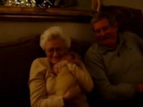 年迈的父母收到一个礼物 打开后老太太激动无比