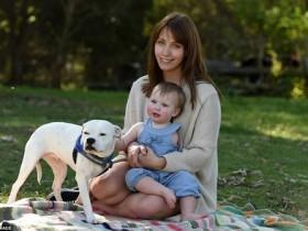 澳独臂女孩养了一只三条腿的狗狗 两个好伙伴很幸福