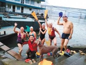 """游泳队里的""""环保汪""""三年里从嘉陵江捡回300个垃圾瓶"""