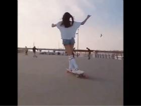 女人和男人玩滑板的区别 喵星人的出现有些太突然