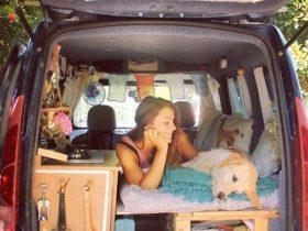 一辆旧车,一只拉布拉多犬,这位女子开始了环游世界的梦想
