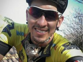 骑手把流浪小猫放进衣服里,作为回报,小猫咪亲吻了他