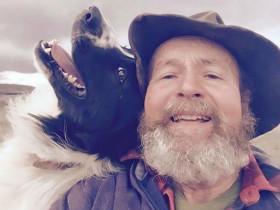 暖心照片!老人在牧场里玩自拍,狗和羊也来抢镜头