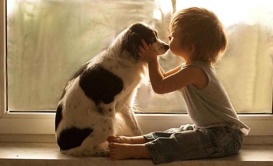 儿子和狗狗在一起的照片