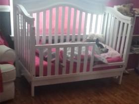 妈妈去女儿房间例行检查 结果发现狗狗在守护着她