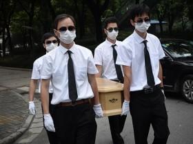 上海大妈为宠物狗办风光葬礼 引网友争议