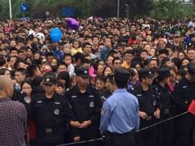国庆成都熊猫基地人满为患 发出第二次限流公告