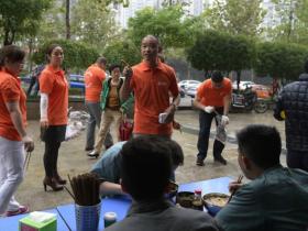 重庆富豪开豪车上街捡垃圾 领头者已坚持8个月