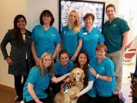 美国一诊所想出一个很妙的方法 让狗狗陪伴孩子拔牙