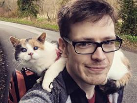 小伙带着自己的盲猫爬山做慈善 为动物救助站募捐到一万元