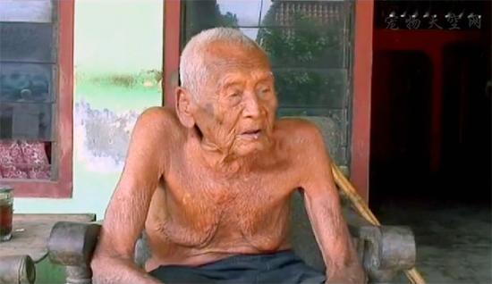 印尼145岁老人剩孙辈陪伴 虽然高寿却倍感孤独