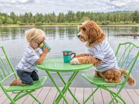 小主人每天和狗狗穿同样的衣服、做同样的事
