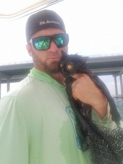 尽管男子已经养了一只狗狗,他还是决定收留这只猫咪