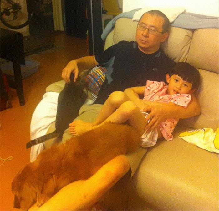 中国父亲、女儿和宠物的合影照片刷爆国外网络,他们坚持了近10年